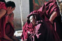 Discusión de monjes de las escrituras en Tíbet Fotos de archivo