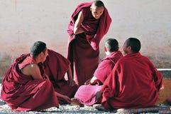 Discusión de monjes de las escrituras en Tíbet Imagen de archivo