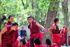 Discusión de monjes en Tíbet Foto de archivo libre de regalías