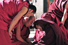 Discusión de monjes en Tíbet Fotos de archivo libres de regalías