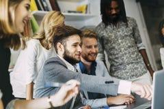 Discusión de nuevas ideas en compañía Foto de archivo
