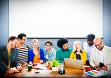 Discusión de trabajo Team Concept de la oficina de la gente de la indumentaria de oficina informal Imagenes de archivo
