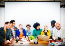 Discusión de trabajo Team Concept de la oficina de la gente de la indumentaria de oficina informal fotos de archivo libres de regalías
