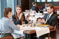 Discusión del negocio en el almuerzo en medio Fotografía de archivo
