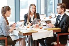 Discusión del negocio en el almuerzo en medio Fotos de archivo libres de regalías