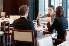 Discusión del negocio en el almuerzo en medio Foto de archivo