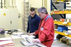 Discusión del trabajo en equipo de trabajadores en la industria de metal imagen de archivo