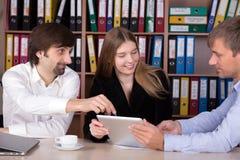 Discusión en la reunión de negocios en interior de la oficina Imagen de archivo