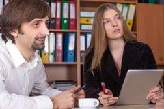 Discusión en la reunión de negocios en interior de la oficina Fotos de archivo