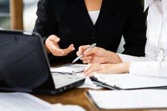 Discusión entre las mujeres en oficina imágenes de archivo libres de regalías