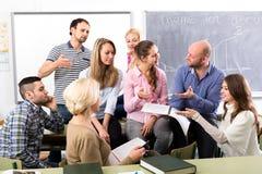 Discusión informal entre el profesor y los estudiantes imagenes de archivo
