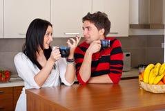 Discusión joven de los pares en el café de la mañana Foto de archivo libre de regalías