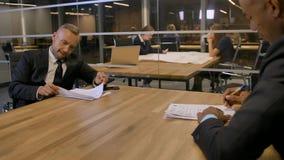 Discusión seria en la sala de reunión y la firma de los doc. importantes almacen de metraje de vídeo