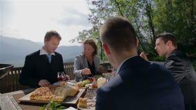 Discusión sobre negocio en el medio del banquete metrajes