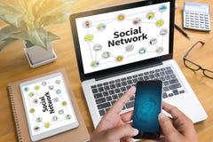 Discusión social de la conexión de red, red del Social del uso del hombre de negocios imagen de archivo