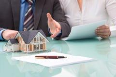Discusión con un agente inmobiliario Fotos de archivo