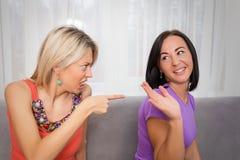 Discusión de dos amigos de las mujeres Imagen de archivo libre de regalías