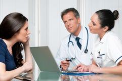 Discusión del examen médico Imágenes de archivo libres de regalías