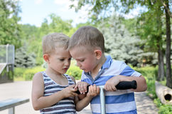 Discusión joven de dos muchachos Imágenes de archivo libres de regalías
