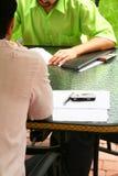 Discussão ao ar livre dos estudantes Imagem de Stock Royalty Free