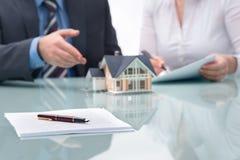 Discussão com um mediador imobiliário Imagens de Stock Royalty Free