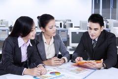 Discussão da equipe do negócio no escritório Foto de Stock Royalty Free