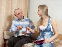 Discussão da família sobre o dinheiro Imagens de Stock Royalty Free