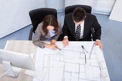 Discussão de dois arquitetos Imagens de Stock