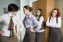 Discussão de dois colegas. Olhar da mulher no conflito. Foto de Stock Royalty Free