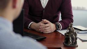 Discussão de dois homens no escritório, vídeo sem caras vídeos de arquivo