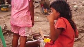 Discussão de duas meninas sobre a palmada do alimento vídeos de arquivo