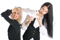 Discussão de duas mulheres porque papéis Fotografia de Stock Royalty Free