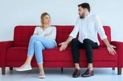 Discussão de mal humor do marido com o conflito da esposa e furar dois pares na sala de visitas, emoções negativas fotografia de stock royalty free