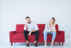 Discussão do homem com conflito da mulher e pares furando na sala de visitas, emoções negativas imagens de stock royalty free