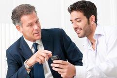 Discussão do negócio com telefone móvel Fotografia de Stock Royalty Free