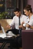 Discussão do negócio pela mesa de centro Fotografia de Stock Royalty Free