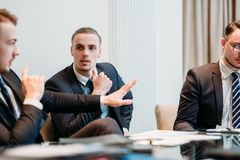 Discussão do papel do debate do argumento da equipe do negócio imagem de stock