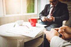 Discussão e cooperação entre empregados e presidentes da empresa Foto de Stock