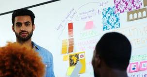Discussão executiva masculina sobre o whiteboard filme