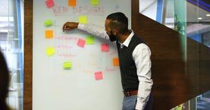 Discussão executiva no whiteboard de vidro 4k vídeos de arquivo