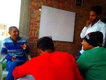 Discussão indiana do professor e dos estudantes foto de stock