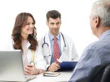 Discussão médica no hospital com paciente idoso Imagem de Stock Royalty Free
