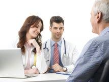 Discussão médica no hospital com paciente idoso Fotografia de Stock