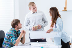 Discussão na reunião de arquitetos novos Imagens de Stock Royalty Free