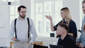 Discussão principal do homem novo feliz do chefe da empresa, explicando o diagrama na EPOPEIA VERMELHA moderna do movimento lento vídeos de arquivo
