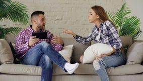 Discussão virada dos pares dos jovens em casa imagens de stock royalty free