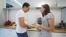 Discussões novas dos pares na cozinha O grito do homem e da mulher na frustração e gesticula irritadamente Movimento lento vídeos de arquivo
