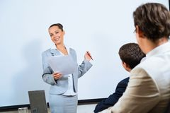 Discusses business woman with colleagues Royalty Free Stock Photography