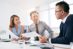 Discussing business ideas Royalty Free Stock Photos