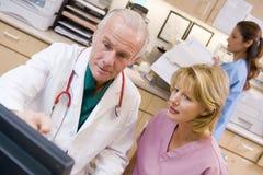 discussing doctor nurse something Στοκ φωτογραφία με δικαίωμα ελεύθερης χρήσης